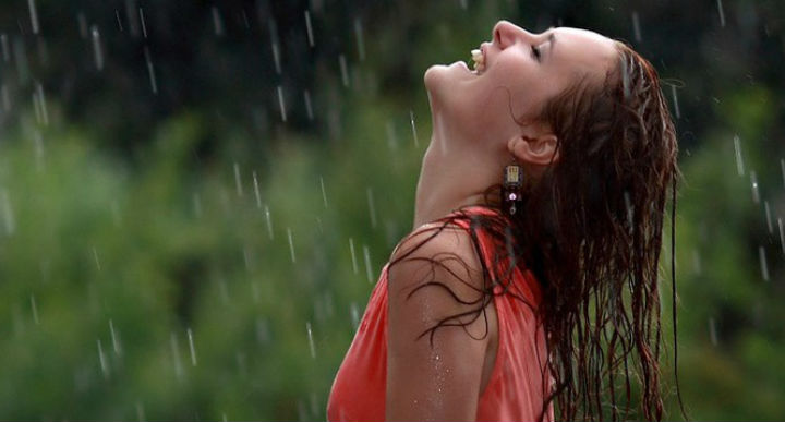 Фото дня девушка под дождем