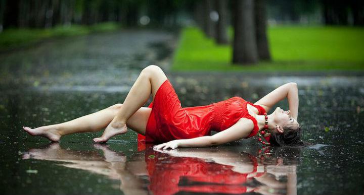 женщина под дождем картинки
