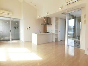 パークハビオ駒沢大学 801号室のリビング