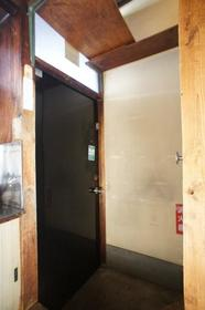 染谷荘 202号室の玄関