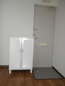 コートウイングW 102号室の玄関