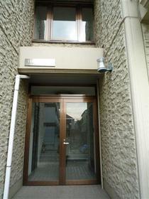 カメリアハウス 2-A号室のエントランス