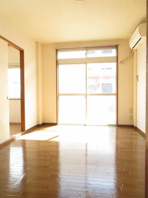ハイツユーユー 01010号室のリビング