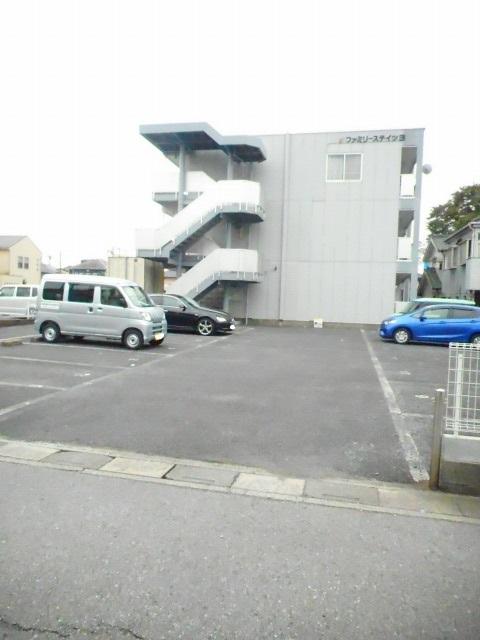 ファミリーステイツ3 02050号室の駐車場