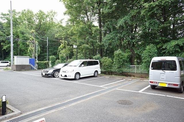 ファインモルティB 02010号室の駐車場