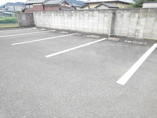 ピエ デルモンテ 02030号室の駐車場