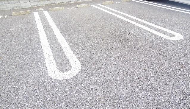 パークヒルズ・ヒロ 01010号室の駐車場