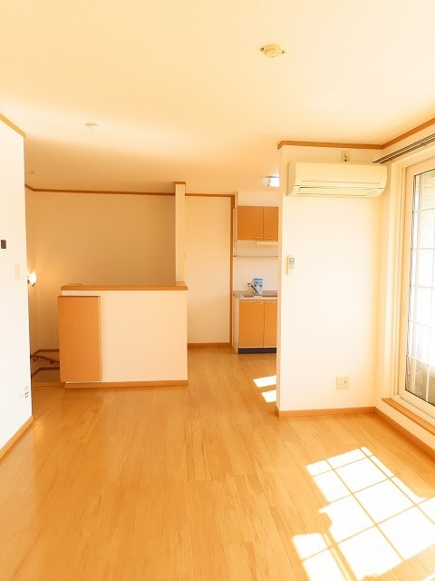 メゾン・ソレイユ A 02010号室のリビング