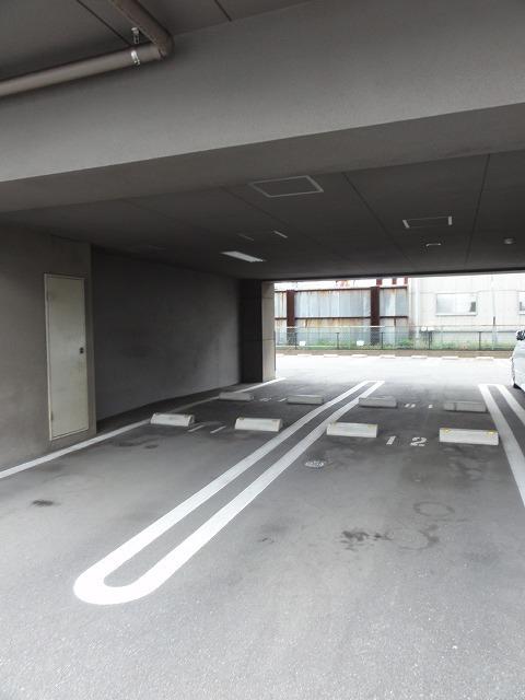 アベンシス・RC 04030号室の駐車場