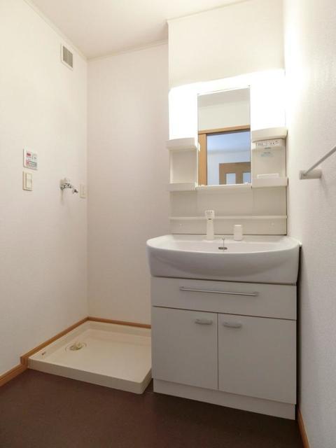 ソレイユB 01020号室の洗面所