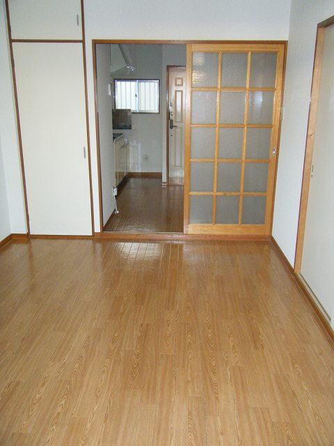 エルディムロックスプリングB 01030号室のリビング