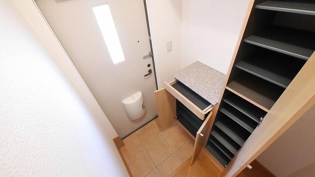 フィオ-レ・彩C 02010号室の玄関