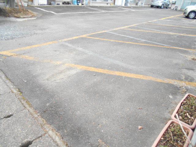仁科ハイツB 01020号室の駐車場
