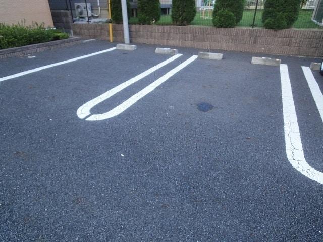 アンプリアル 02040号室の駐車場