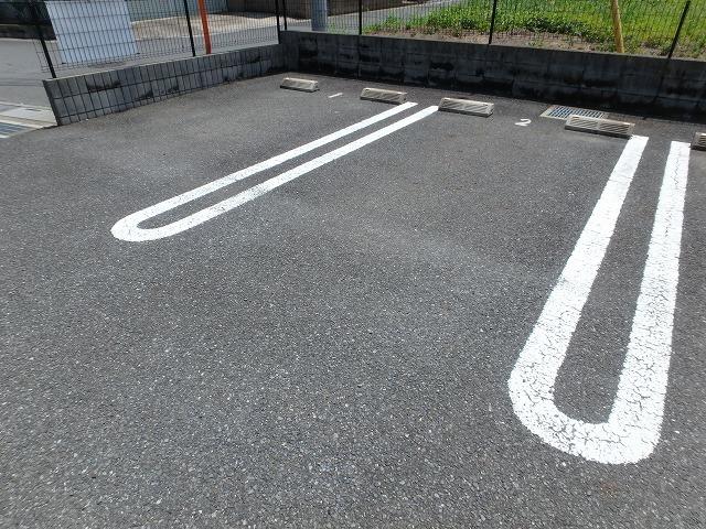 ロイヤル・シャトー 02030号室の駐車場