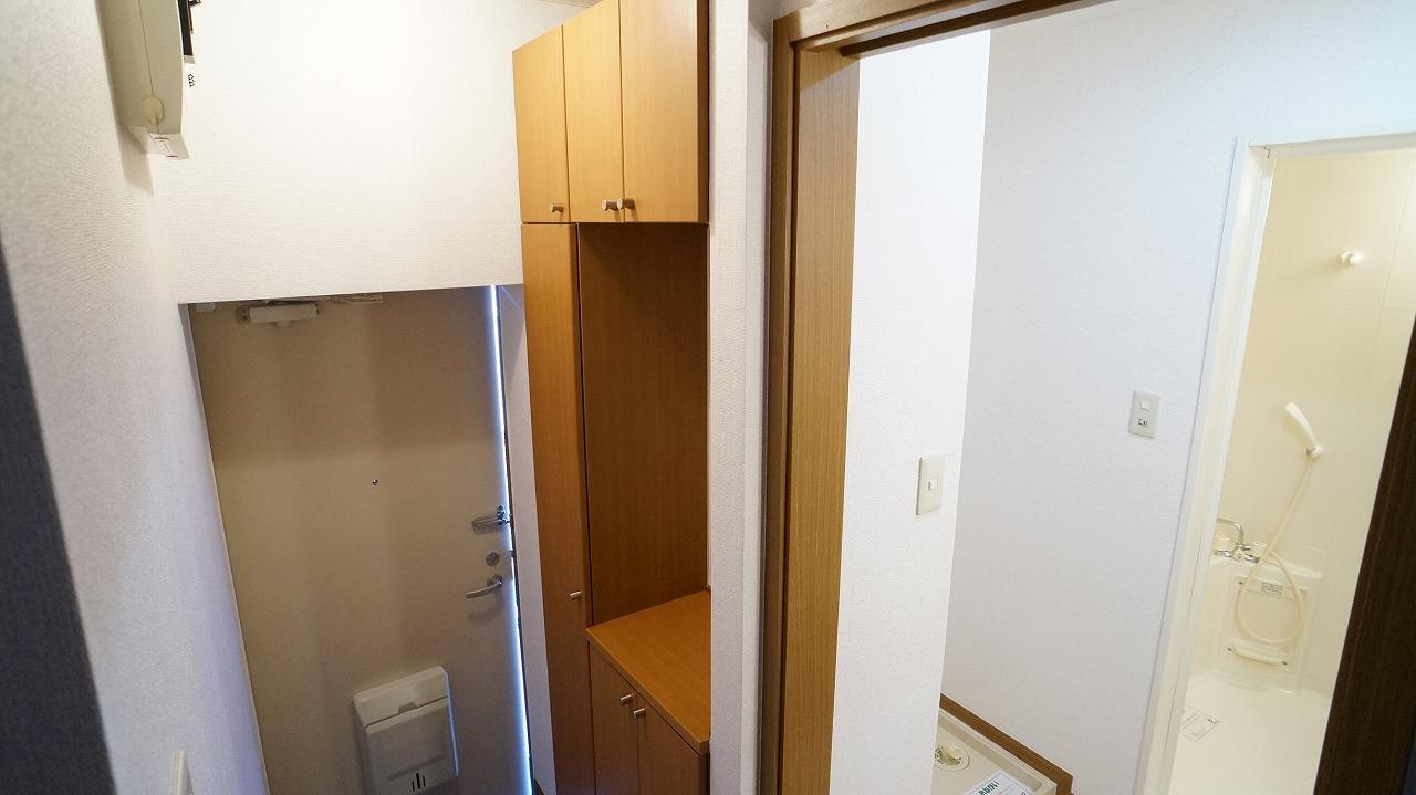 クーバーインウエストE 01040号室の玄関