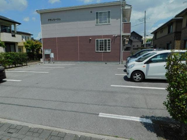 グランルージュ 01030号室の駐車場