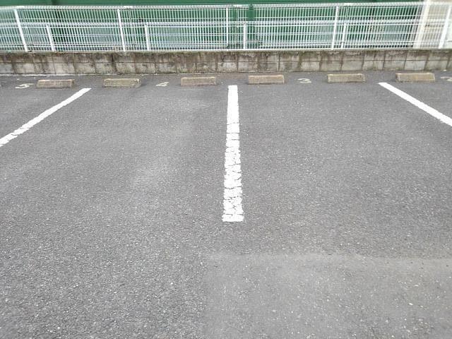 ヴィラ星の宮 01020号室の駐車場