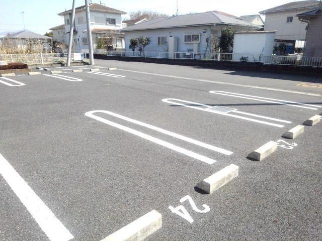 ラッセルルピナス 02010号室の駐車場
