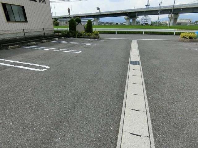 メテオ 01030号室の駐車場