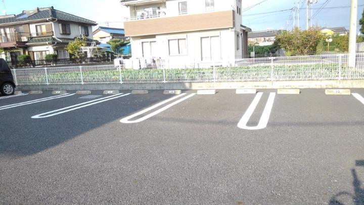 プラムハウス3 01020号室の駐車場