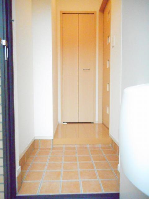 エコ ソラージュA 01020号室の玄関