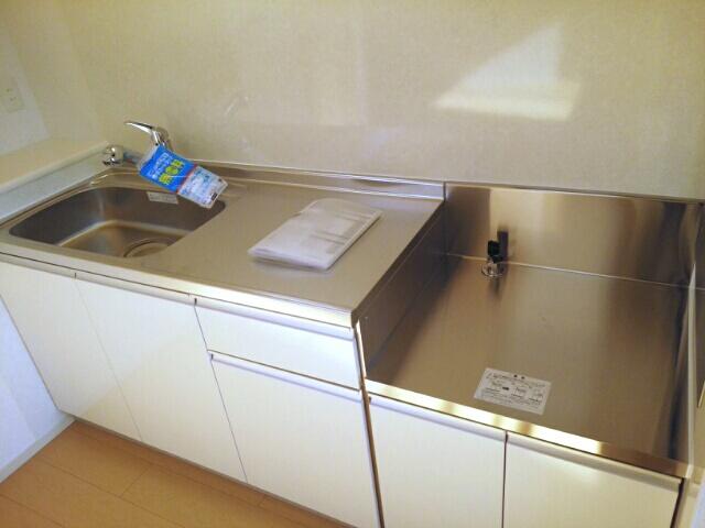 ルルディ フォティア 02010号室のキッチン