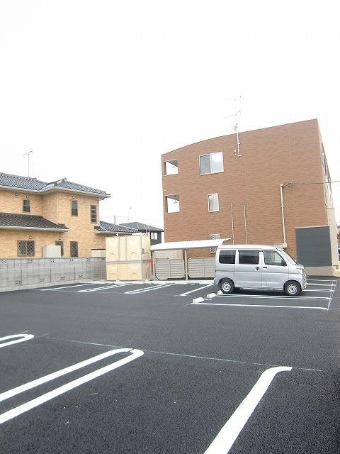 N.グラシオッソ トレス 01020号室の駐車場