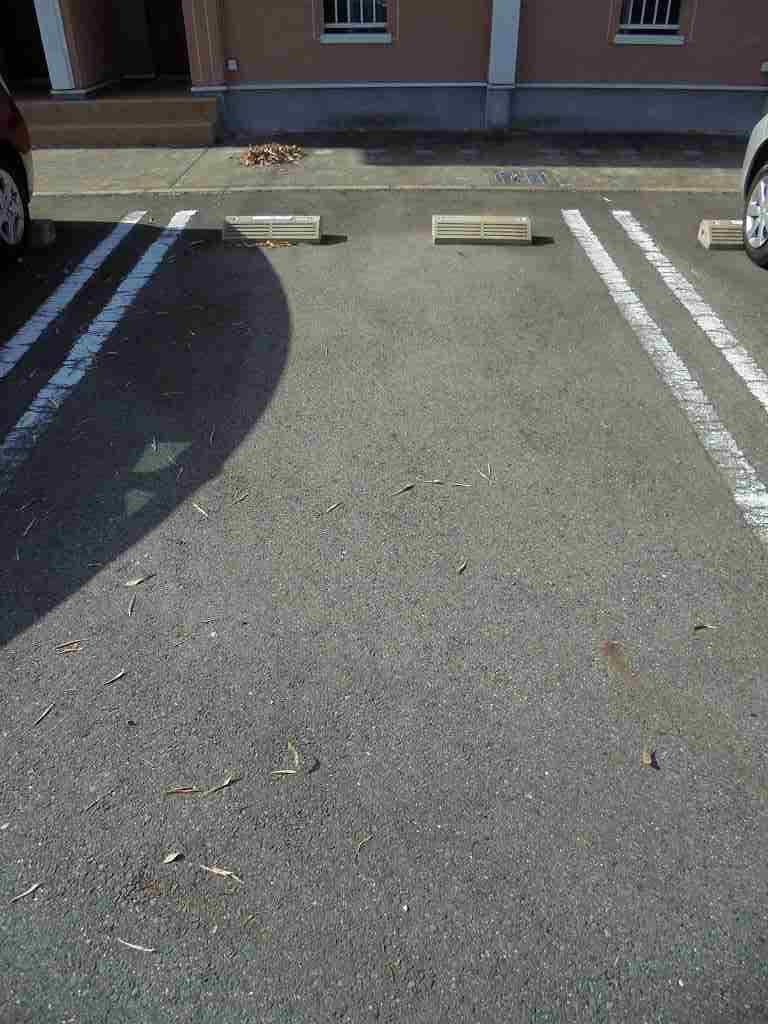ピースフルA 01030号室の駐車場