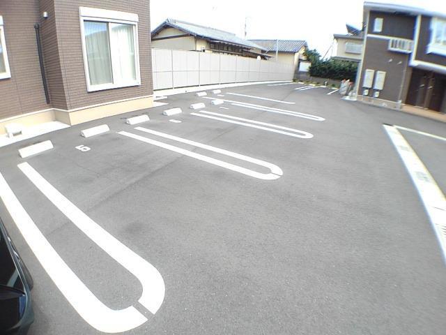 ラフレシール花見Ⅱ 02010号室の駐車場