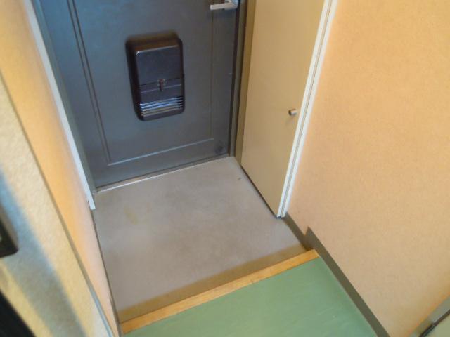ファミーユ植木 203号室の玄関