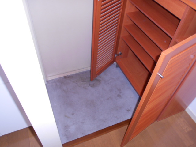 岩端ビル 4-B号室の玄関
