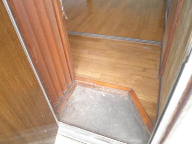 石井荘 103号室の玄関