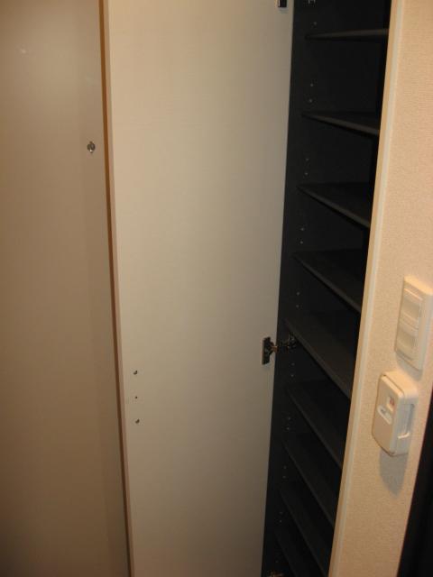 リブリ・ジラソーレ 203号室の玄関