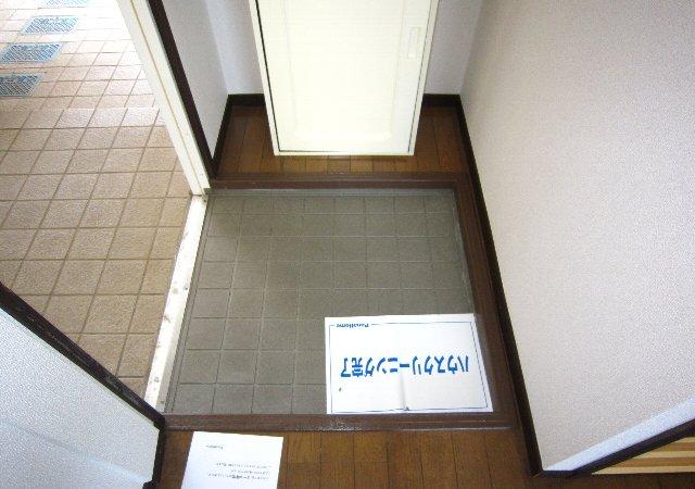 スワローフィールズ 101号室の玄関