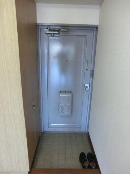 日香苑 205号室の玄関