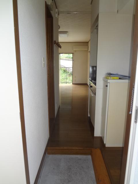 タウンハイツ初沢 205号室の玄関