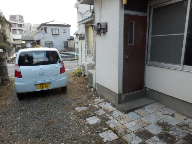庭園荘 2号室の駐車場