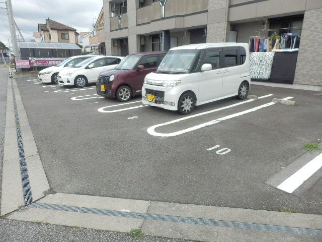 ルミエールユウ 205号室の駐車場