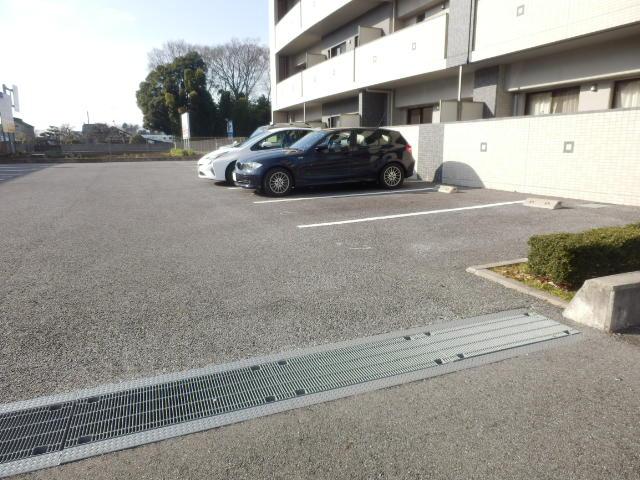 秋桜館・西原 102号室の駐車場