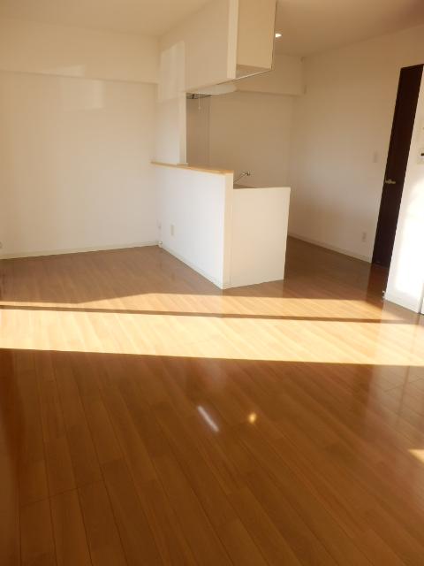 秋桜館・西原 102号室のリビング
