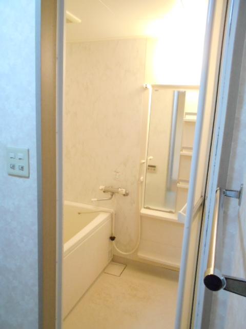 第2ロイヤル島田 303号室の風呂