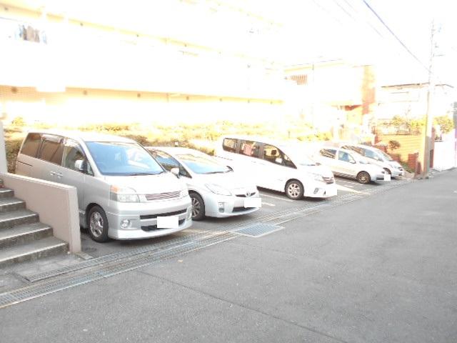 ガーデン鷺沼 103号室の駐車場