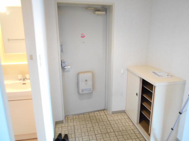 ガーデン鷺沼 103号室の玄関