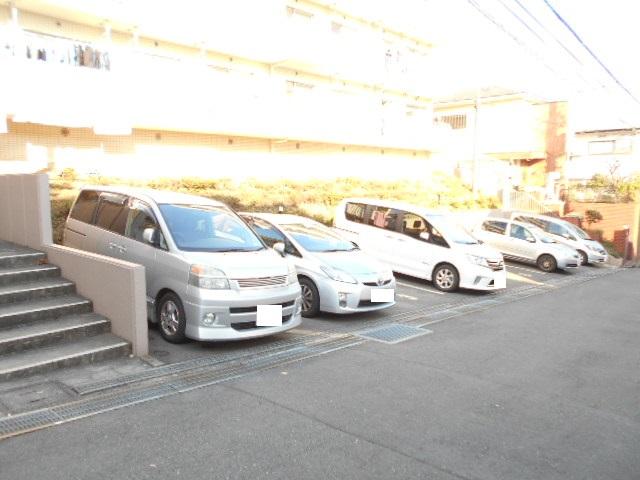 ガーデン鷺沼 203号室の駐車場