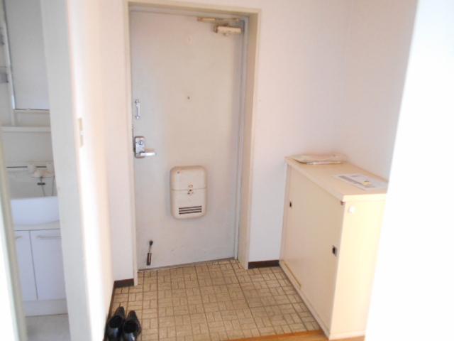 ガーデン鷺沼 203号室の玄関
