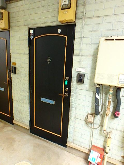 ドールハウス B101号室のエントランス