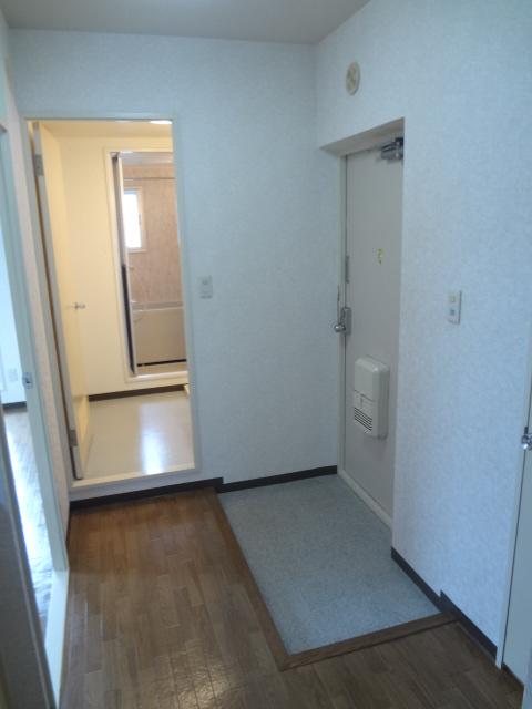 ガーデンタウン本中山 301号室の玄関