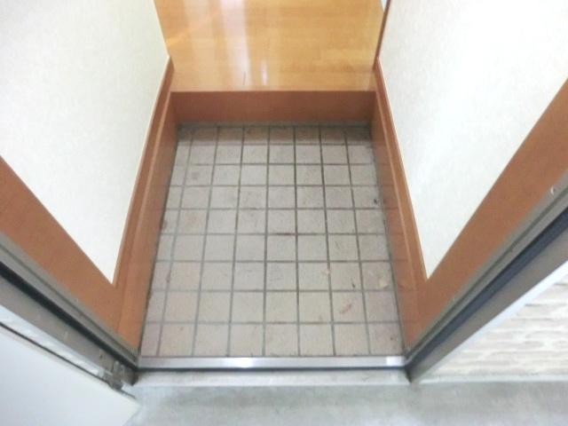 ウェルコート 206号室の玄関