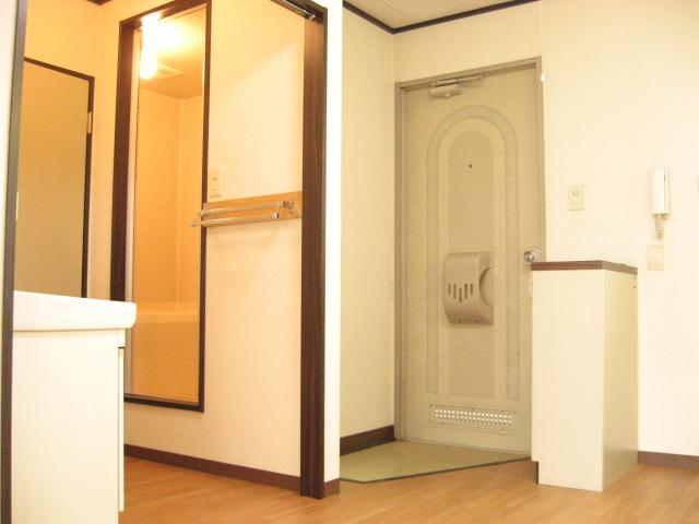 コーナーハウス C 103号室の玄関
